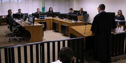 Mesa de julgamento é formada pelos magistrados Thompson Flores, João Pedro Gebran Neto e Leandro Paulsen, além do procurador Maurício Gotardo Gerum.