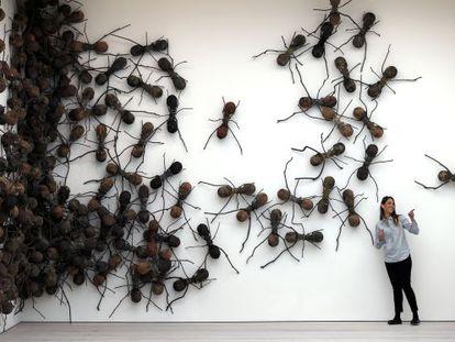 Uma visitante posa junto à obra 'Casa Tomada'.