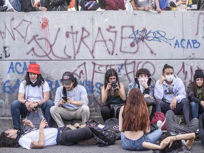 Jovens manifestantes nas ruas de Bogotá.