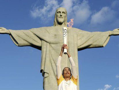 A campeã olímpica de vôlei de praia, Isabel, leva a tocha ao Cristo Redentor.