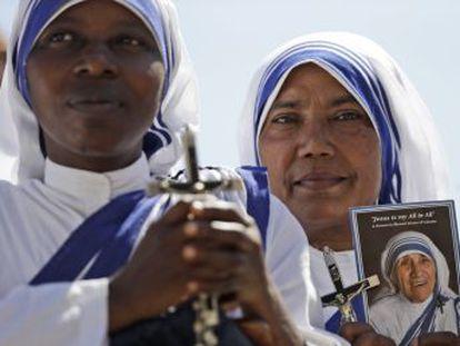 Papa declarou santa neste domingo a fundadora das Missionárias da Caridade frente a 100.000 pessoas. Religiosa recebeu o Prêmio Nobel da Paz em 1997