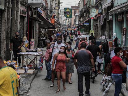 Rua no centro do Rio de Janeiro alterna lojas fechadas devido à pandemia com ambulantes a todo vapor, numa amostra das contradições frente à covid-19