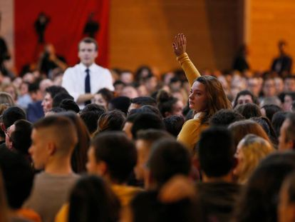 Emmanuel Macron, em um encontro com jovens, na quinta-feira passada em Étang-sur-Arroux.