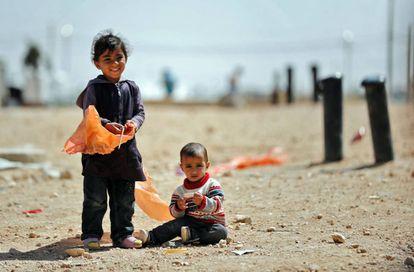 Duas crianças refugiadas sírias no acampamento de Zaatari, na Jordânia.