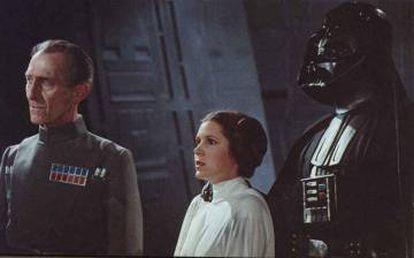 Peter Cushing (esquerda) foi recriado digitalmente em 'Rogue One'.