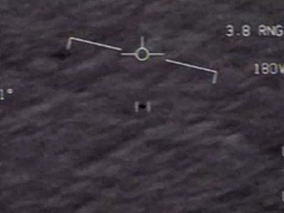 Objeto avistado por pilotos da Marinha, em uma captura de um vídeo divulgado pelos EUA em abril.