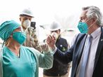 El presidente de Argentina, Alberto Fernández, saluda a un trabajador de la salud durante una visita, este 21 de mayo, a la provincia de Santiago del Estero (norte).