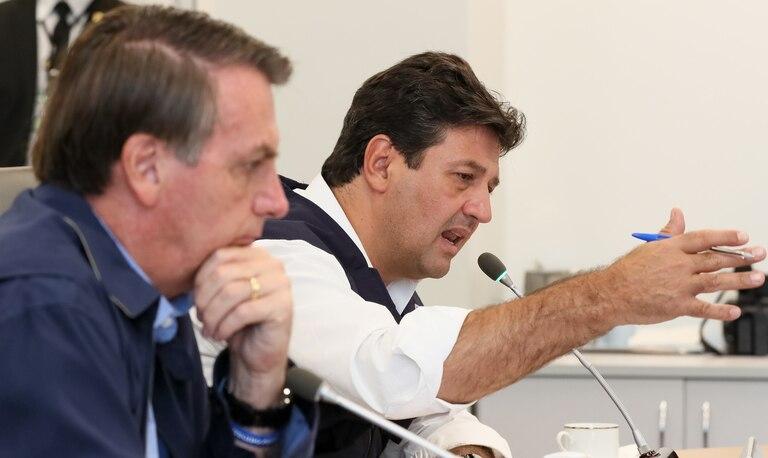 Bolsonaro e o ministro Mandetta, durante teleconferência com prefeitos no dia 22.