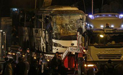 O ônibus atingido pela explosão.