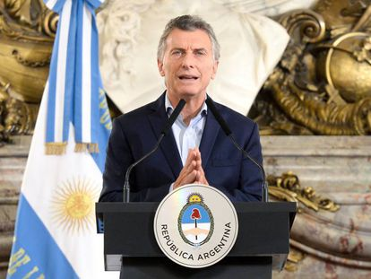 Mauricio Macri faz anúncio em salão branco da Casa Rosada.