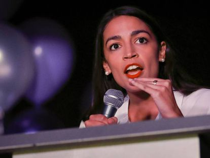 Alexandria Ocasio-Cortez, eleita congressista Partido Democrata, na terça-feira passada depois de sua vitória eleitoral. Em vídeo, o discurso de Ocasio-Cortez depois da vitória na terça-feira passada.