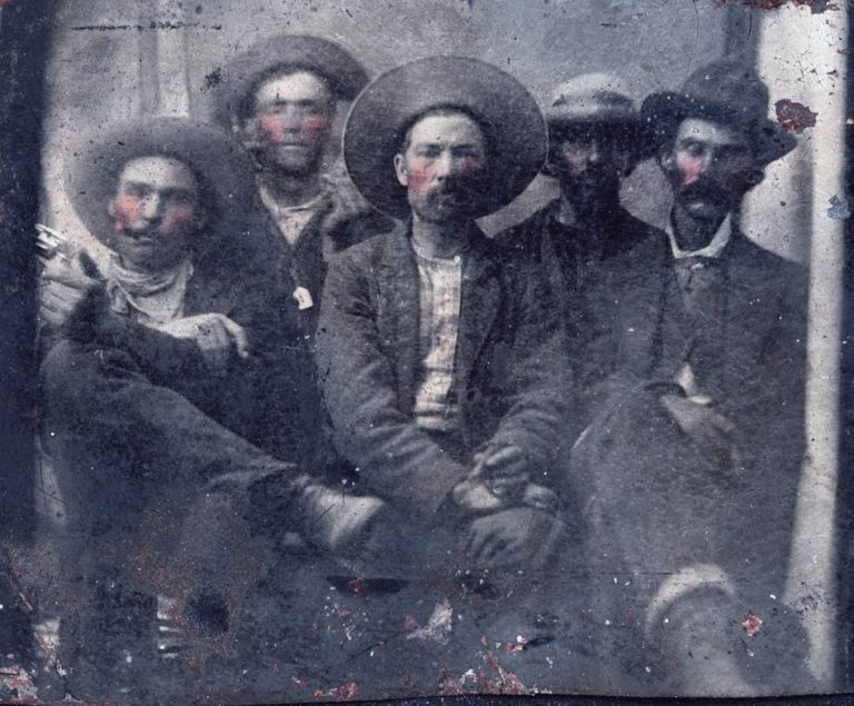 Encontrada foto com duas lendas do Oeste: Billy the Kid (segundo à esquerda) e Pat Garrett (na ponta direita)