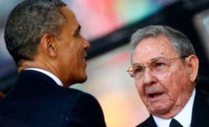 Obama e Castro no funeral de Nelson Mandela.