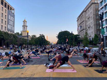 Uma aula de ioga, na sexta-feira passada, na praça do Black Lives Matter em Washington.