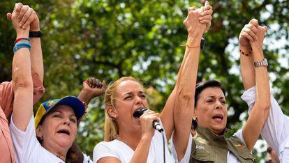Esposas de políticos oposicionistas presos protestam em Caracas.