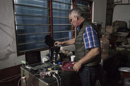 Bernardo Benítez, pai de Bernardo, desaparecido, toma café.