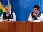 Wanderson de Oliveira, que pediu demissão do cargo de secretário de Vigilância em Saúde, ao lado do ministro Luiz Henrique Mandetta, durante a coletiva de imprensa desta terça-feira.