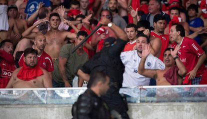 Policiais usam a força contra torcedores do Independiente no Maracanã.