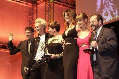 De esquerda a direita: Fabio Porchat, Supla, Sônia Bridi, Luciana Gimenez, María Martín e Caio Blinder.