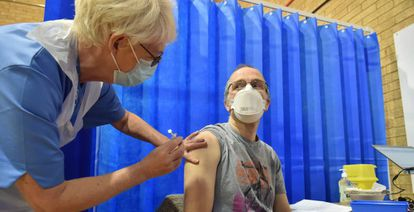 Um paciente recebe a vacina da Pfizer no Reino Unido, em 8 de dezembro.