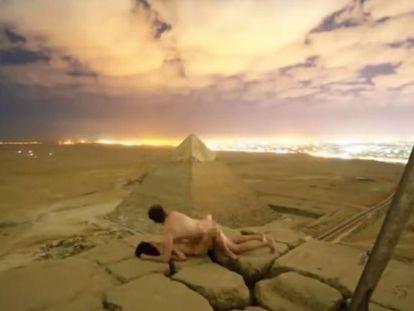 Fotograma do momento em que o casal está nu no alto de uma pirâmide em Giza (Egito).