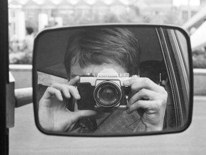 Para matar o tédio entre foto e foto dos suspeitos, este agente da Stasi se imortalizou em um autorretrato.