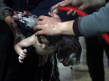 Menino é socorrido em hospital de Duma depois do suposto ataque químico na Síria.