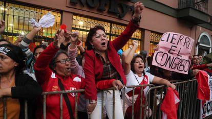 Protestos em frente ao Congresso peruano. No vídeo, as declarações do Presidente Martín Vizcarra e imagens dos protestos.