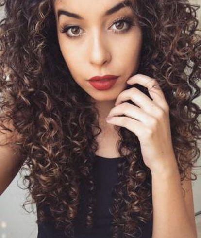 Juliana Louise começou a postar tutoriais das maquiagens que vendia