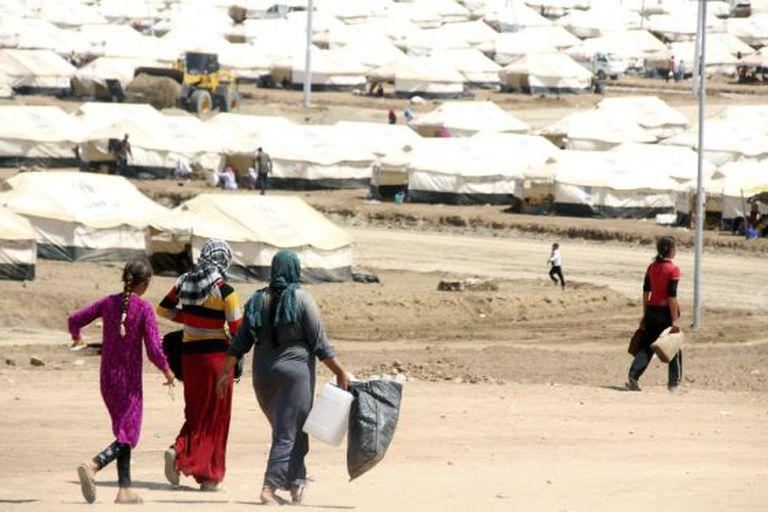 Mulheres buscam água no norte do Iraque.