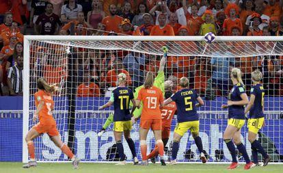 Uma das intervenções de Hedvig Lindahl, a goleira sueca, na semifinal contra a Holanda.