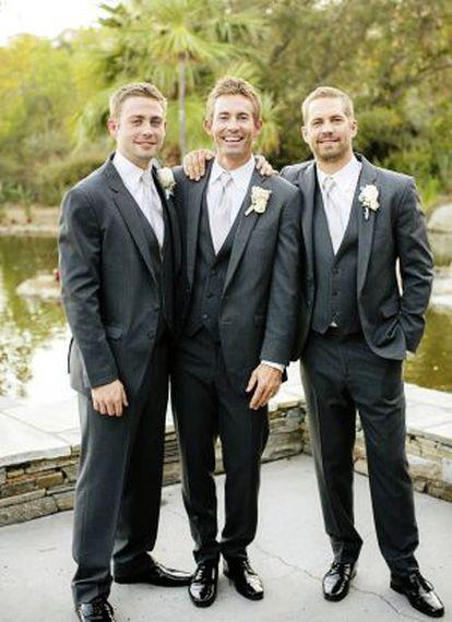 Os irmãos Cody (esq.), Caleb e Paul (o ator), no casamento de Caleb, em outubro do ano passado.