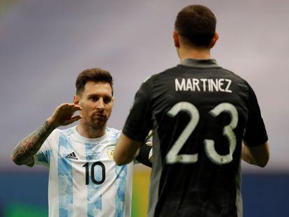 Messi felicita Emiliano Martínez durante a rodada de pênaltis contra a Colômbia na Copa América.