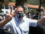 AME1857. RIO JANEIRO (BRASIL), 29/11/2020.- El candidato Eduardo Paes (DEM) saluda en un centro de votación hoy, en la ciudad de Río de Janeiro (Brasil). Los colegios electorales para escoger a los alcaldes de 57 urbes brasileñas, entre ellas las metrópolis Sao Paulo y Rio de Janeiro, comenzaron a abrir este domingo sus puertas a las 7:00 horas (10:00 GMT) para celebrar la segunda vuelta de las elecciones municipales. EFE/Fábio Motta