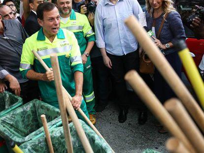 O prefeito de São Paulo João Doria vestiu-se de gari no dia 2 de janeiro.