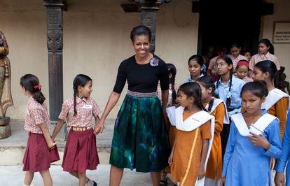 Michelle Obama, em Nova Déli, com meninas participantes do seu projeto Deixemos que as Meninas Aprendam, em 2010.  A ex-primeira-dama já reconheceu que sofreu da síndrome.
