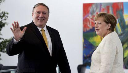 Mike Pompeo ao lado de Angela Merkel.