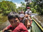 ACOMPAÑA CRÓNICA BRASIL INDÍGENAS CORONAVIRUS***AMA100. ATALAYA DO NORTE (BRASIL), 30/04/2021.- Fotografía del 22 de abril de 2021 de indígenas Matis de Brasil durante un desplazamiento en Atalaya do Norte (Brasil). Desde lo profundo del Amazonas brasileño, Pixi Isma y Kunnin viajaron durante 12 días, junto a otros 35 indígenas matis, desde sus aldeas a las orillas del río Branco, un afluente del Amazonas, hasta Atalaya do norte, el pueblo más cercano a sus aldeas con el único propósito de vacunarse. EFE/ Tatiana Nevo