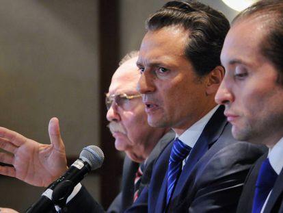 Emilio Lozoya, em 2017, com seus advogados.