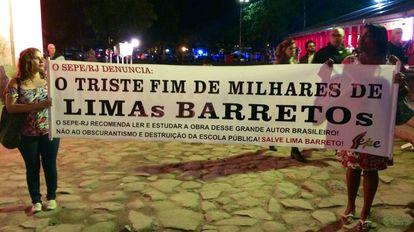 Funcionários públicos cariocas protestam antes da abertura do evento