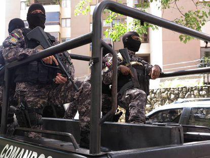 Membros do Sebin na frente da residência de Ledezma.