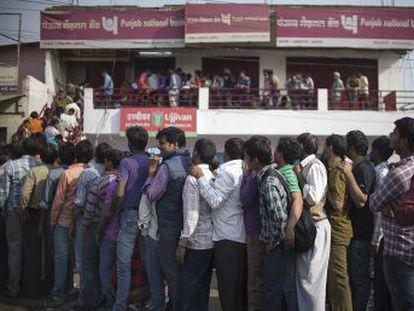 Governo retira de circulação notas de 500 e 1.000 rúpias para lutar contra o mercado negro e provoca crise de liquidez