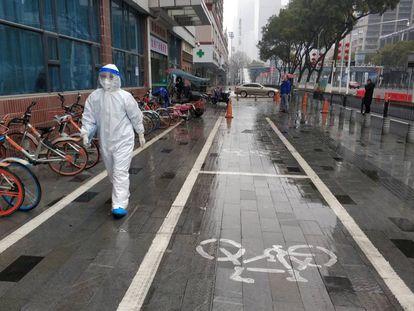 Agente sanitário em Wuhan, na China.