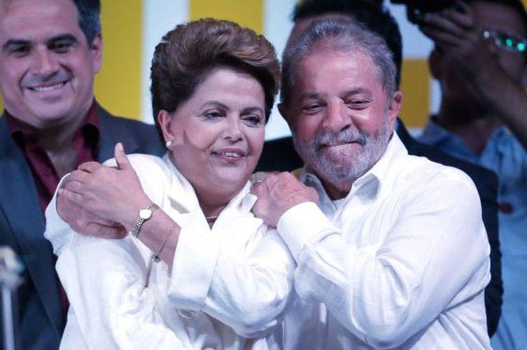 Lula abraça Dilma em seu discurso da vitória.