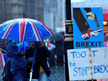 Primeira-ministra Theresa May supera moção de censura lançada pelos trabalhistas, mas tem até segunda-feira para apresentar um novo acordo para a saída do Reino Unido da União Europeia