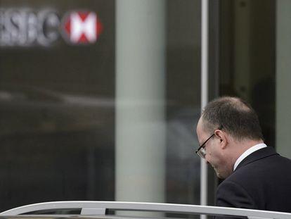 O promotor geral de Genebra deixa a sede do HSBC.