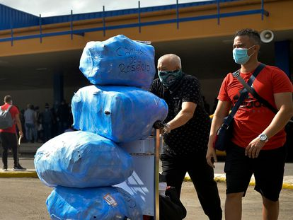 Cubanos no aeroporto José Martí, em Havana, em novembro de 2020.