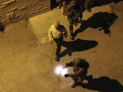 Soldados israelenses prendem o presidente do Parlamento Palestino.