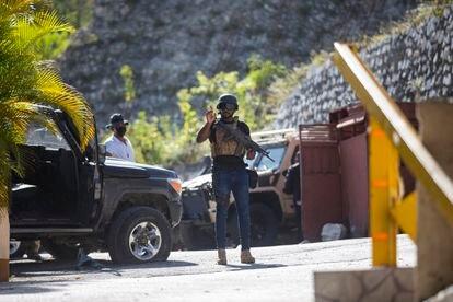 Seguranças da Presidência do Haiti patrulham a entrada da casa do presidente Jovenel Moïse, assassinado em casa na madrugada desta quarta.