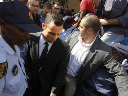 Oscar Pistorius deixa o tribunal após o término da sessão desta quarta-feira.